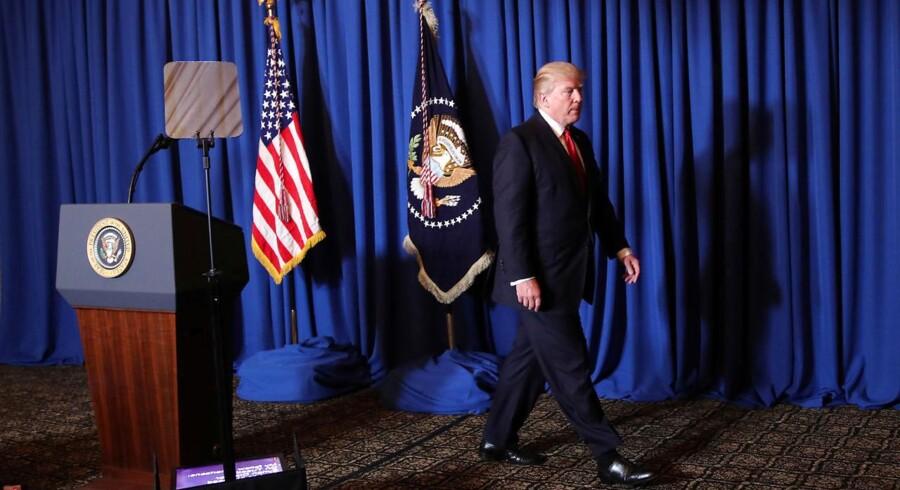 Trump forlader talerstolen efter at have leveret sit budskab om at have angrebet Syrien. REUTERS/Carlos Barria