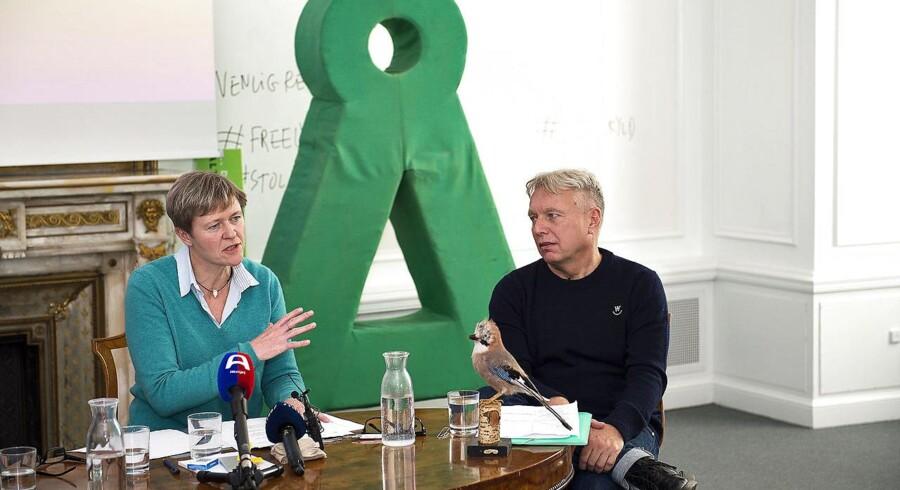 (ARKIV) Alternativets finansordfører Josephine Fock (tv) og partiets formand Uffe Elbæk holder pressemøde den 1. november 2016.