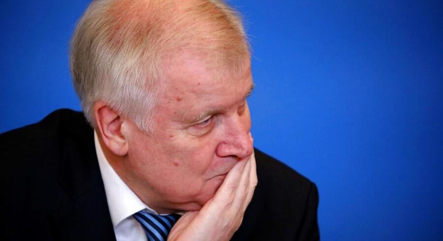 Tysklands indenrigsminister får kritik efter glæde over udvisning af 69 afghanere på hans 69-års fødselsdag.