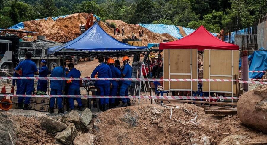 En ti meter høj bakkeskråning kollapsede tidligt lørdag på byggepladsen i Penang-delstaten. / AFP PHOTO / STR / Malaysia OUT