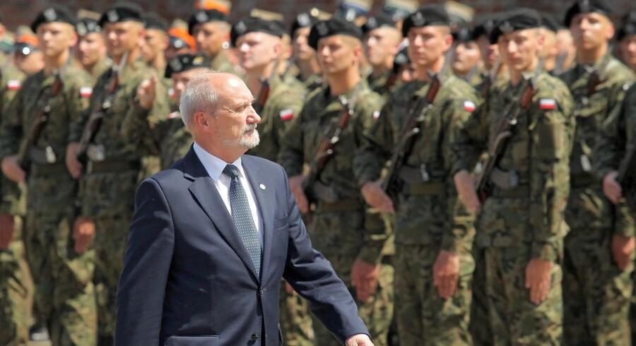Polens forsvarsminister, Antoni Macierewicz, under en militærceremoni.