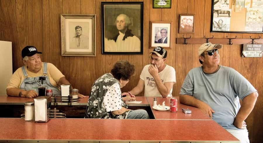 "BMSOLO - Trumpland # 6 - På Cafe Nostalgi. 81årige Orbie Cambell har haft ""Coffee Shoppe"" siden 1969 tar imod bestilling."
