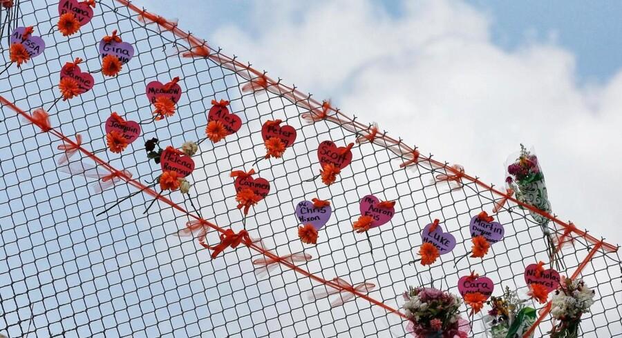 Dræbte mindes på et hegn udenfor Marjory Stoneman Douglas High School i Parkland, Florida, hvor en tidligere studerende dræbte17 og sårede15 i et skoleskyderi.