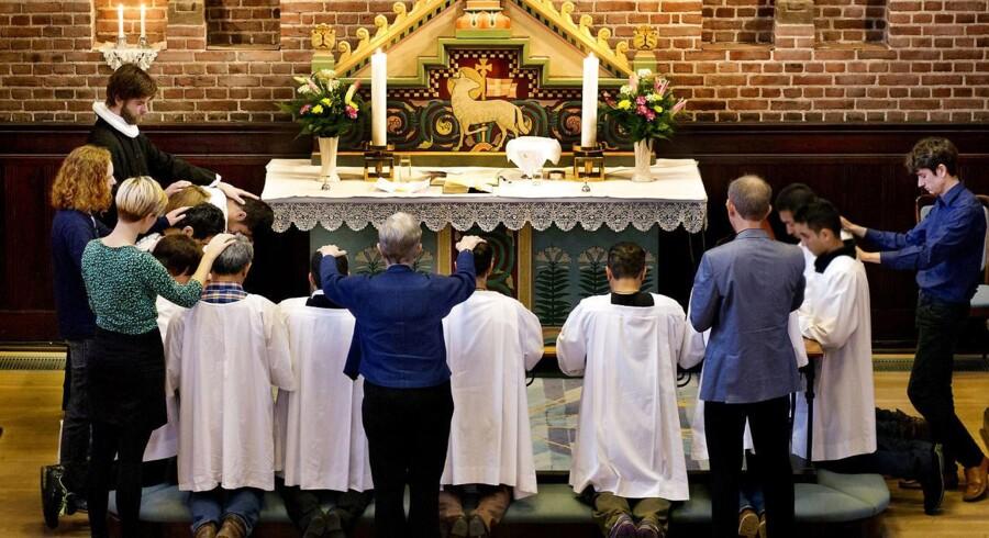 Apostelkirken på Vesterbro har hver søndag 40-50 konvertitter til gudstjeneste, muslimer der har valgt at lade sig døbe i den kristne tro. Her er sognepræst Andreas Rasmussen i gang med dåbshandlingen.