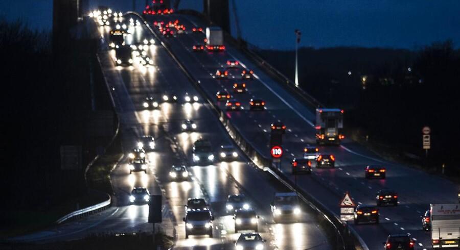 Arkivfoto: Al kørsel med vindfølsomme køretøjer frarådes hen over Storebælts- og Øresundsbroerne frem til kl. 11 mandag formiddag som følge af stormen Ingolfs hærgen.