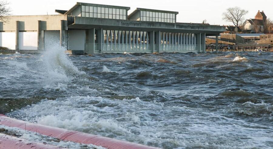 Foto af Vikingeskibshallen i Roskilde under stormen Urd den 27. december.