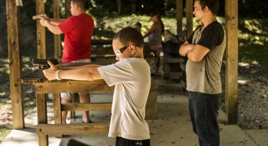 Ti-årige Zach Bolling er på skydebanen, hvor han øver sig med en AR-15-riffel og - her - en Glock-pistol.