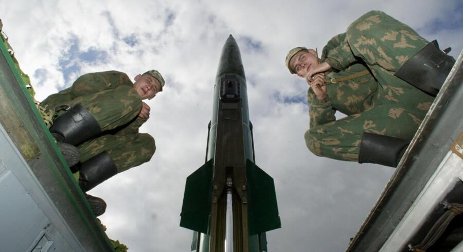 Russiske soldater ved et affyringssted for kortrækkende Totjka-M missiler. Litauens forsvarsminister, Raimundas Karoblis, siger, at Nato må finde frem til en reaktion på placeringen af det taktiske Iskander-missilsystem i det vestlige Kaliningrad. Scanpix/Stringer