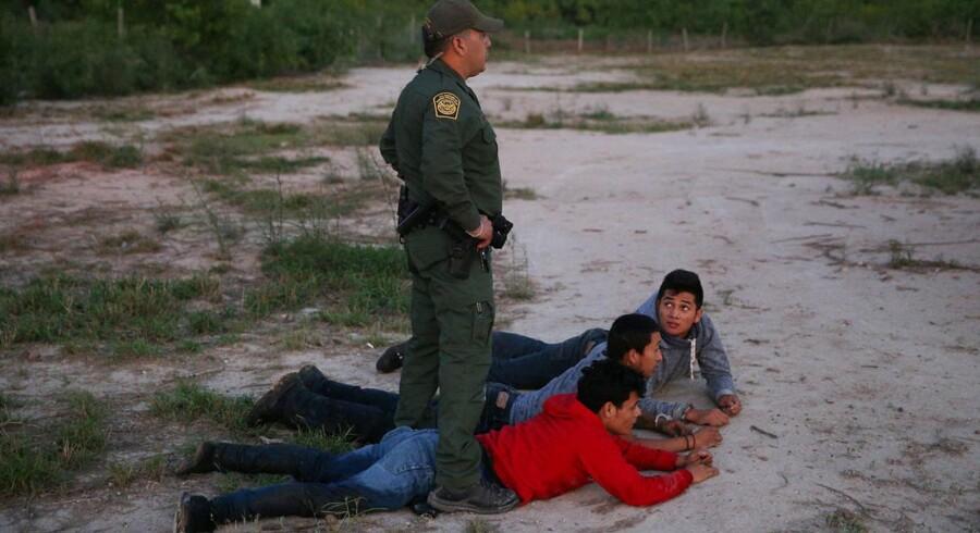 En grænsevagt tilbageholder illegale migranter, der har krydset grænsen til USA fra Mexico. Billedet er fra 2. april.