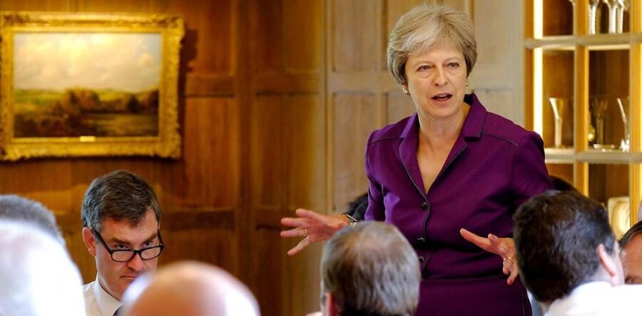 Den britiske premierminister Theresa May under et kabinetsmøde 6. juli 2018 i sin landresidens, Chequers. Her nåede regeringens ministre frem til et Brexit-udspil, men enigheden varede kun to dage. Så opsagde David Davis, minister ansvarlig for Brexit-forhandlingerne med EU, sin stilling.