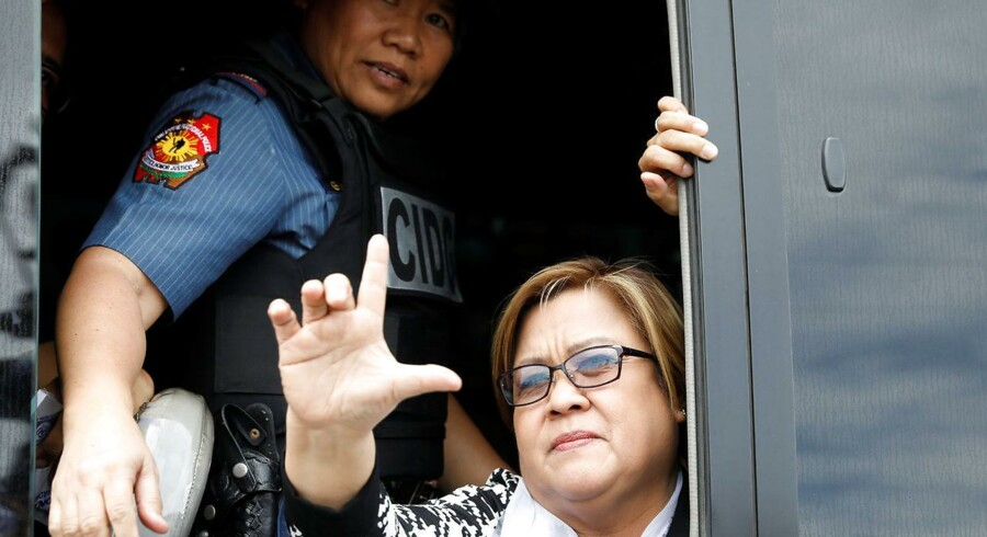 Leila De Lima giver håndtegnet Laban« (kæmp), mens hun bliver kørt væk fra retsbygningen.