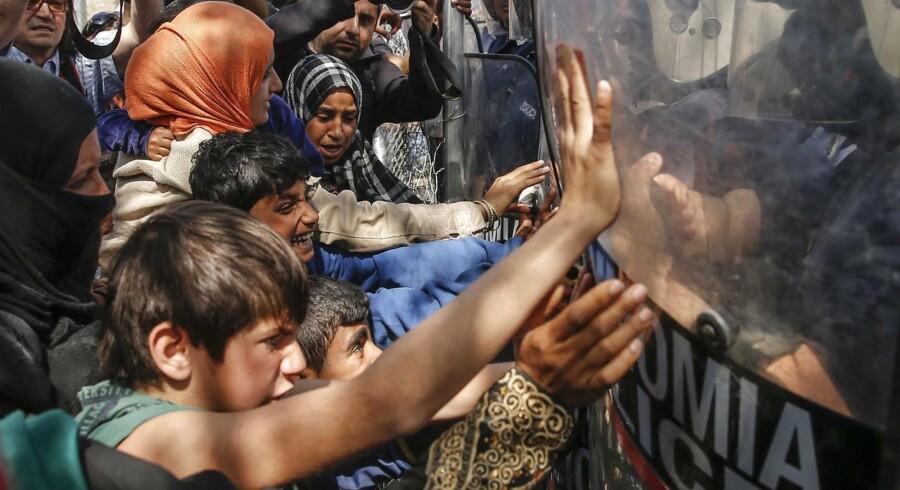 (ARKIV) Migranter og flygtninge forsøger at passere grænsen mellem Makedonien og Grækenland. 7. april 2017. (Foto: MARKO DJURICA/Scanpix 2017)