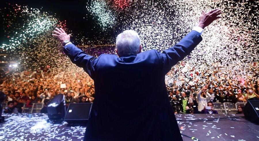 Mexicos nyvalgte præsident, Andrés Manuel López Obrador, der stillede op for et parti kaldet »Juntos Haremos Historia« – Sammen Skaber Vi Historie – modtager her sine tilhængeres hyldest på Zocalo-pladsen i det centrale Mexico By.