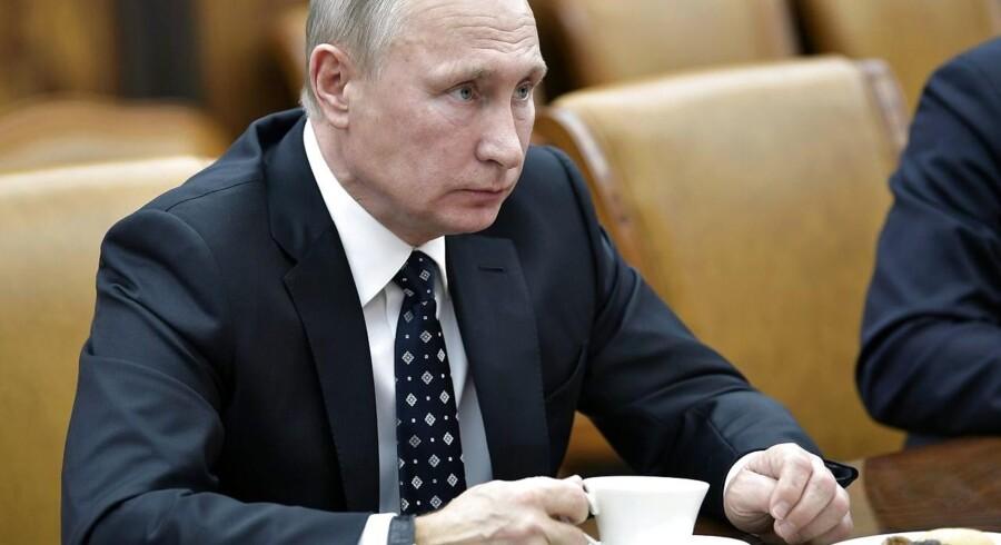 Det russiske justitsministerium registrerede tirsdag ni amerikanske medier - deriblandt Voice of America - som »udenlandske agenter«, efter at præsident Vladimir Putin har underskrevet en ny lov på området.