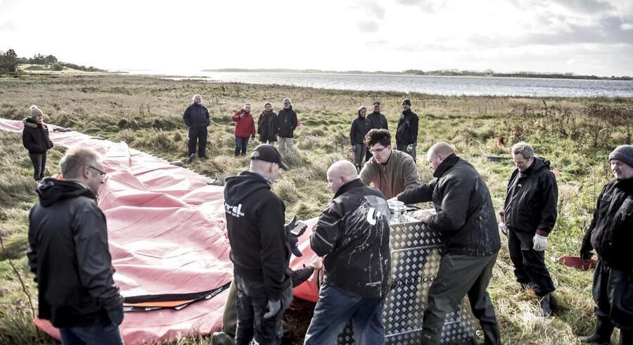Frivillige borgere fra Jyllinge ved Roskilde og Beredskabstyrrelsen forbereder sig på den forhøjedede vandstand fra stormen Ingolf søndag den 29. oktober.