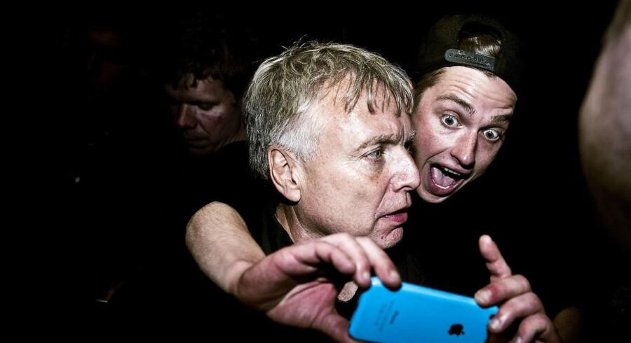 """(ARKIV) Uffe Elbæk og Alternativet holder valgfest på Papirøen i København på valgdagen, torsdag den 18. juni 2015. Den 24. maj 2017 blev ansatte i Alternativet per mail opfordret af en chef til at indsende fotos af deres """"pik i slap tilstand"""". Det skriver Jyllands-Posten, søndag den 29. november 2017. Jyllands-Posten er i besiddelse af mailen. Her står, at indsamlingen var godkendt af politisk leder Uffe Elbæk: """"PS. Uffe er selvfølgelig med på idéen."""". (Foto: Sophia Juliane Lydolph/Scanpix 2017)"""