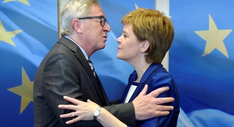 EU-Kommissionens formand, Jean-Claude Juncker, tog kærligt mod den skotske førsteminister, Nicola Sturgeon, i Bruxelles - men understreger, at han ikke vil blande sig i interne, britiske anliggender. Foto: Eric Vidal/Reuters