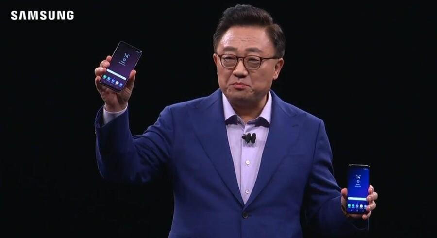 Samsungs mobilchef, D.J. Koh, med de nye Galaxy S9-telefoner, som kan købes i Danmark fra 16. marts. Foto fra Samsungs præsentation