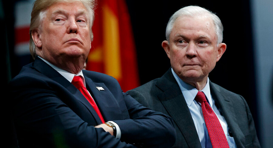 ARKIVFOTO: Jeff Sessions (til højre) sidder ved siden af amerikansk præsident Donald Trump.