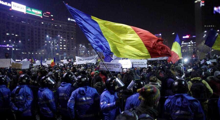 Rumæniens justitsminister træder tilbage i kølvandet af massive protester mod regeringens kontroversielle korruptionsforslag, oplyser han ifølge Reuters og AFP.