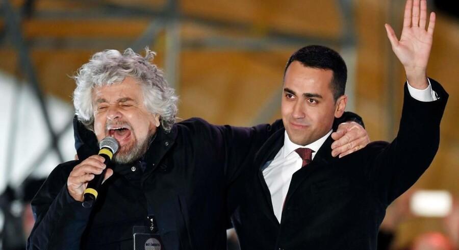 Protestbevægelsen M5S' spidskandidat, Luigi Di Maio, her sammen med partistifteren Beppe Grillo, har endnu en gang gjort meningsmålingerne til skamme, og M5S står med godt 30 pct. af stemmerne til at blive Italiens klart største enkeltparti. (Foto: ANDREAS SOLARO/Scanpix 2018)
