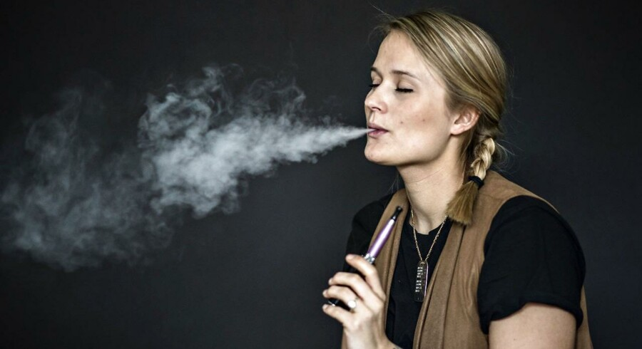 En ny amerikansk rapport besvarer en del spørgsmål om de populære e-cigaretter. De er vanedannende, og kan få flere unge til at ryge. Til gengæld er de umiddelbart mindre skadelige end almindelige cigaretter.