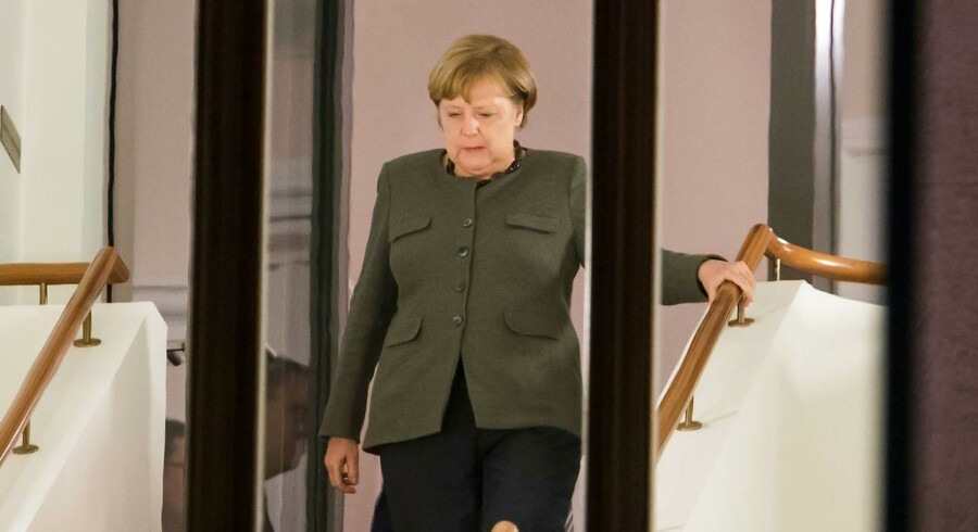 Angela Merkel snupper en kort pause under torsdagens sejlivede forhandlinger om en ny tysk regering i Berlin. Lykkes kansleren ikke med at forene de stridende partnerne, kan det resultere i nyvalg.