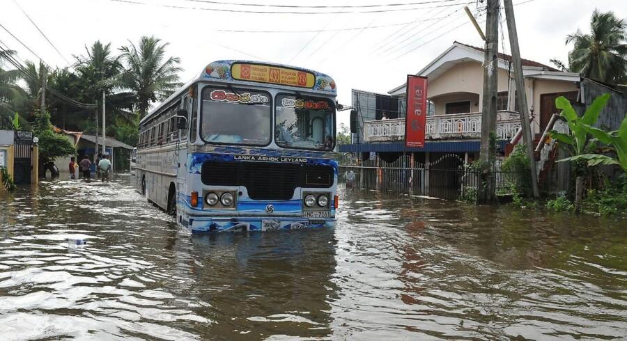 Dødstallet efter fredagens rekordstore mængder regn i Sri Lanka har nået 164. Imens savnes 104 andre fortsat. Her ses oversvømmelse i Dodangoda i Kalutara 28. maj 2017. / AFP PHOTO / Lakruwan WANNIARACHCHI