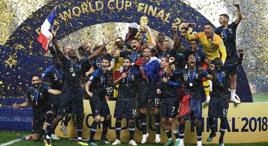 Regn og guldkonfetti væltede ned over de franske spillere, da de søndag endelig kunne hæve trofæet som afslutning på VM i Rusland.