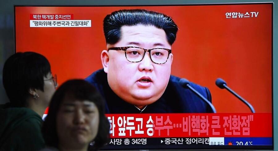 Nordkoreas leder Kim Jong-un meddeler, at han vil lukke et anlæg for atomprøvesprængninger. / AFP PHOTO / Jung Yeon-je