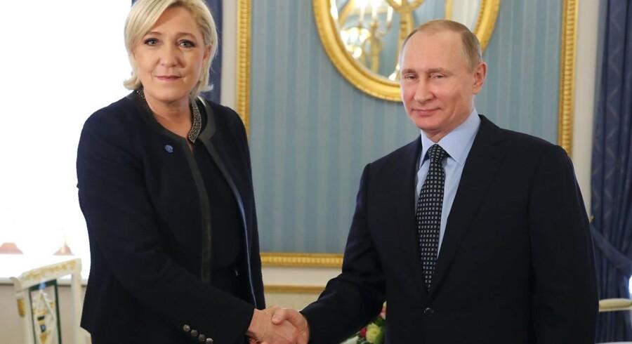 Den russiske propaganda har kastet sig ind i den franske valgkamp - på Marine Le Pens side. Her er den franske højreleder på besøg hos præsident Putin i forrige uge.
