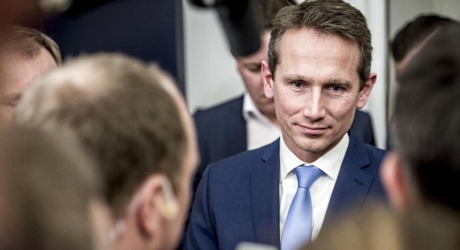 Røde partier anklager finansminister Kristian Jensen (V) for at hemmeligholde, hvor mange penge der er i det økonomiske råderum. Finansministeren mener, at kritikken er »fuldstændigt skudt ved siden af«.