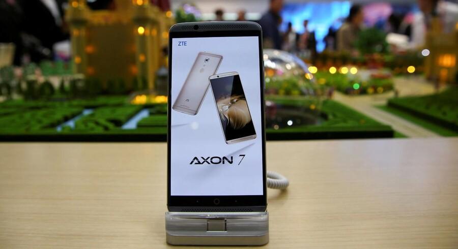 Den kinesiske storproducent af mobiltelefoner og mobiludstyr, ZTE, bliver hårdt ramt af det amerikanske handelsforbud. Bl.a. kan den nye toptelefon, Axon7, som blev præsenteret i slutningen af februar, ikke sælges i USA, hvor ZTE er det fjerdebedst sælgende mobilmærke. Arkivfoto: Paul Hanna, Reuters/Scanpix