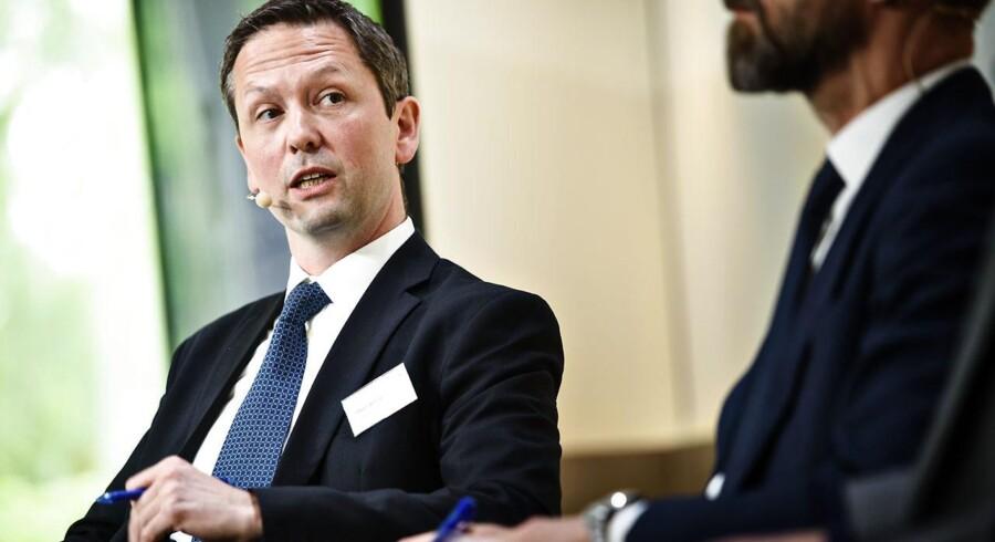 Ifølge Steen Bocian, cheføkonom i erhvervsorganisationen Dansk Erhverv, er en stærk dansk krone, som hænger sammen med en stærk euro, med til at gøre varerne dyrere ude i verden.