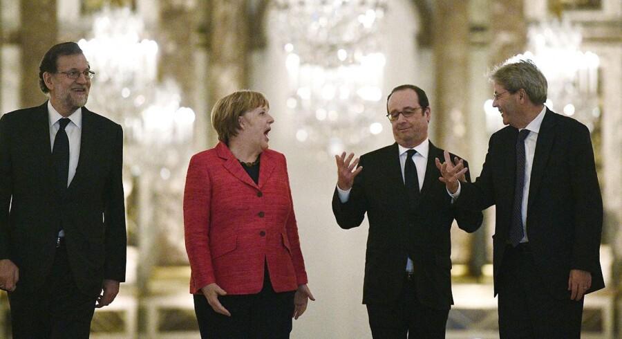 Frankrigs præsident, Francois Hollande, havde mandag inviteret Tysklands kansler, Angela Merkel, Italiens premierminister, Paolo Gentiloni (th), og Spaniens premierminister Mariano Rajoy (tv) til mini-topmøde på Versailles-slottet for at diskutere fremtidens EU. Torsdag-fredag fortsætter diskussionen med de andre EU-lande. REUTERS/Martin Bureau/Pool