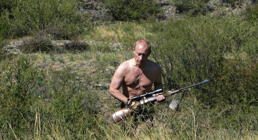 Vladimir Putin - her i en 2007-udgave - er ofte på officielle fotos blevet afbildet i bar overkrop på jagt.