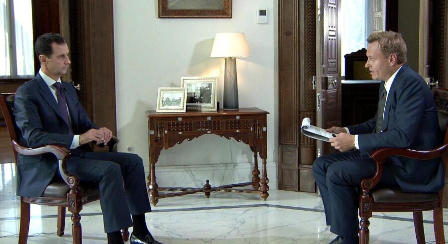 Bashar al-Assad blev onsdag interviewet af TV2s journalist Rasmus Tantholdt. I interviewet siger han, at han har en forfatningsmæssig pligt til at genvinde kontrollen med hele Syrien. Scanpix/Tv2