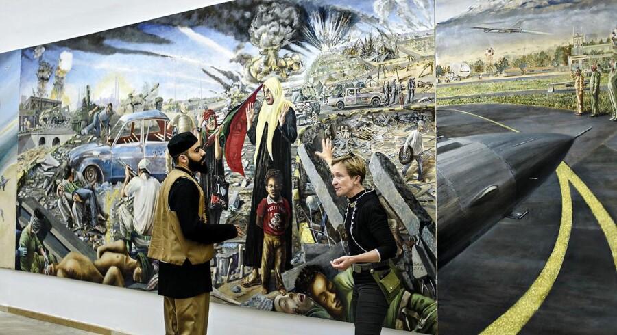 """Simone Aaberg Kærns kontroversielle bataljemaleri bliver præsenteret på Kunsthal Charlottenborg. Værket er kontroversielt, da hendes skitse blev afvist af forsvaret, der ikke syntes, at det fortalte """"den egentligt ret lykkelige historie om den danske indsats i Libyen"""". Simone Aaberg Kærn th og Aimen Ajhan tv. sidstnævnte kæmpede selv i Libyen"""