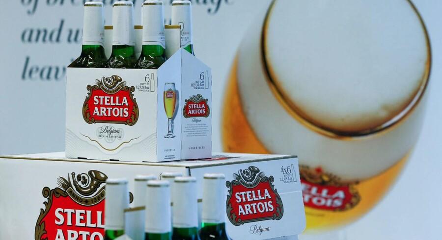 Arkivfoto. Stella Artois understreger, at problemet ikke gælder andre pakkestørrelser som dåser eller fadøl. Det berører heller ikke flasker med andre datokoder. REUTERS/Yves Herman/File Photo
