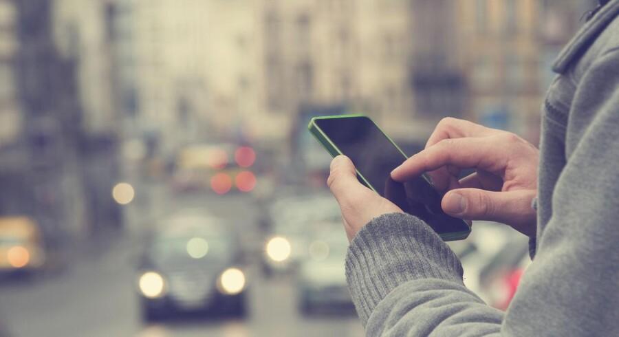 Holland indfører striber med LED-lys i asfalten til fodgængere med ansigtet begravet i deres smartphones.