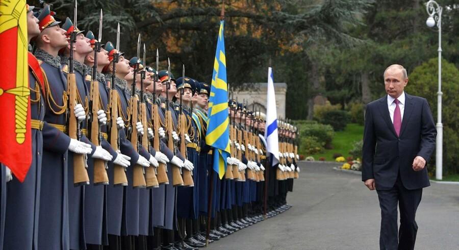 Ruslands ageren på Krim-halvøen i Ukraine, samt i Syrien har genoplivet behovet for at holde øje med stormagten i øst. Her ses den russiske præsident Vladimir Pution ved en ceremoni i Yalta på Krim. / AFP PHOTO / SPUTNIK / Alexey DRUZHININ