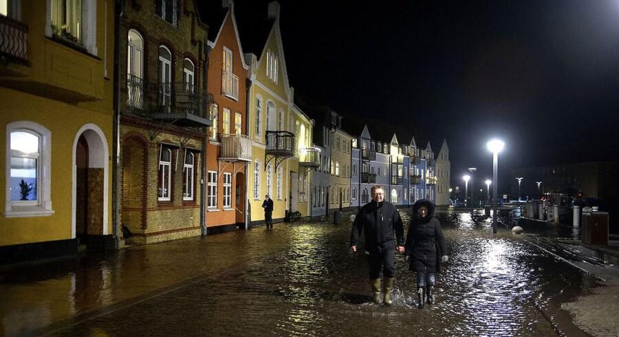 Mange mennesker følger vandet, der stiger op over kajkanten i Sønderborg klokken 19:30 onsdag aften d. 4. januar 2017.