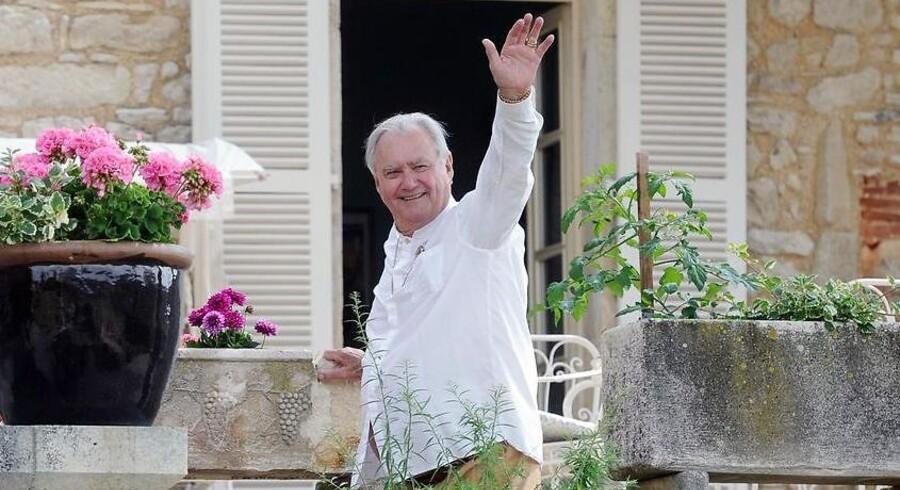 ARKIVFOTO. Prins Henrik vinker til pressen under et ophold i Cahors i 2014.