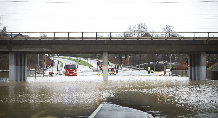 Oversvømmelse på grund af voldsomme mængder regn. Her er det Vestre Ringgade i Kolding, som er spærret, da Kolding Å er gået over sine bredder