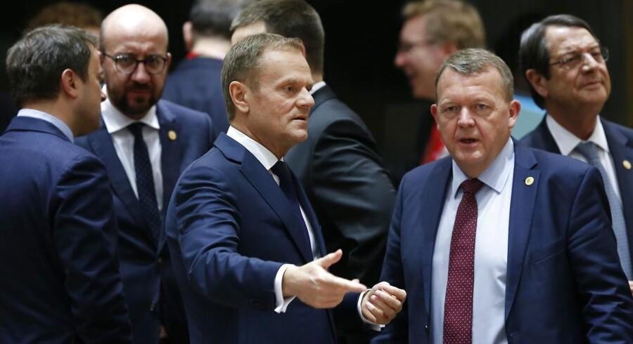 Formanden for EU-topmøderne i Det Europæiske Råd, Donald Tusk, får en snak med statsminister Lars Løkke Rasmussen under EU-topmødet. Tusk blev genvalgt til den vigtige EU-toppost trods intens modstand fra den polske regering. De 27 andre EU-lande stemte således for, at Tusk skal være EU-formand frem til og med november 2019. EPA/JULIEN WARNAND