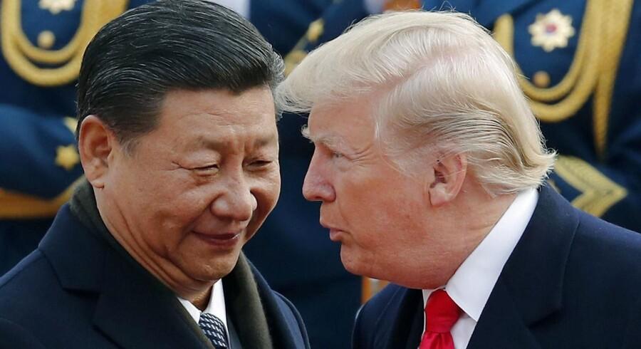 Peæsident Donald Trump og præsident Xi Jinping så ud til at nyde hinandens selskab under en velkomstceremoni i Beijing i november. Men efter at Trump for et par uger siden annoncerede en række handelssanktioner over for Kina, svarer Jinping nu igen. Foto: Andy Wong/Scanpix.