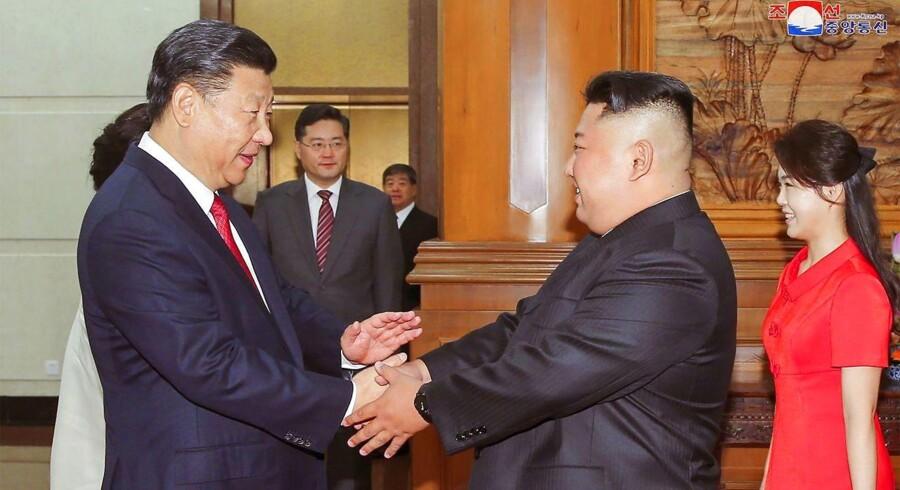 Nordkoreas leder, Kim Jong-un trykker den kinesiske præsident, Xi Jinping, i hænderne under et officielt besøg for nylig.