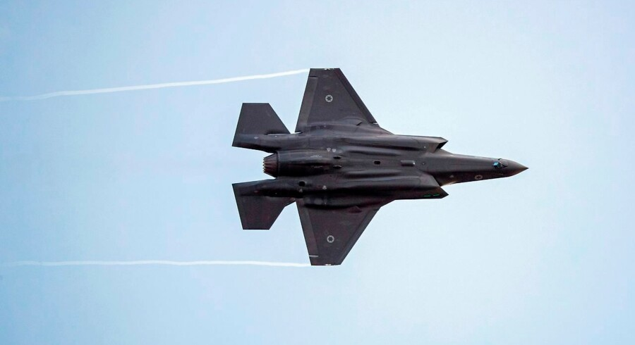 -Arkiv- SE RUTZU Den kommende præsident i USA, Donald Trump, har sået tvivl om USA's indkøb af kampflyet F35 - - - - - - - An Israeli F-35 fighter jet performs in an air show during the graduation ceremony of Israeli air force pilots at the Hatzerim base in the Negev desert, near the southern Israeli city of Beer Sheva, on December 29, 2016. / AFP PHOTO / JACK GUEZ