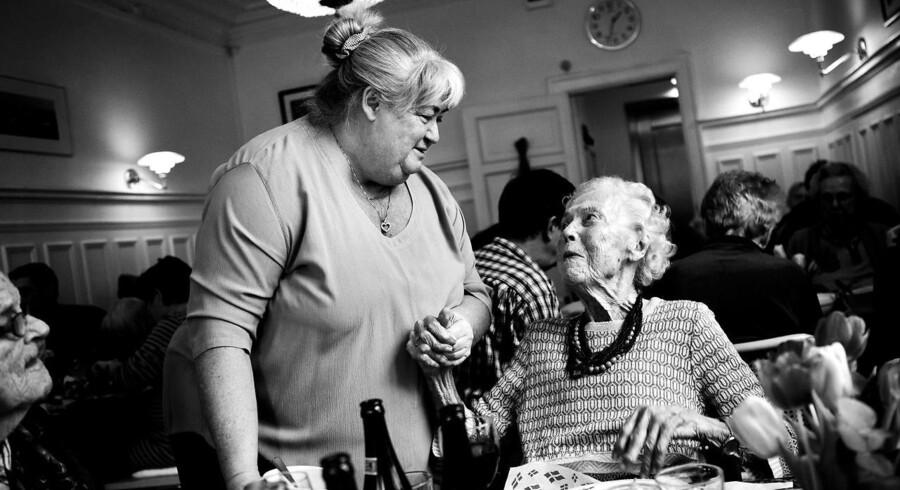 »Alle har ret til et liv før døden,« var Thyra Franks mantra som leder af plejehjemmet Lotte. Her var der rødvin til aftensmaden, Baileys i stedet for sovemedicin, en årlig charterferie, og der måtte ryges indenfor. 28. november blev hun udnævnt som ældreminister for Liberal Alliance.