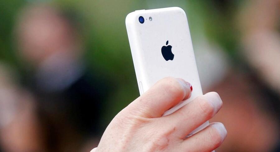 iPhone-ejere bør hurtigst muligt få opdateret deres telefon til den nyeste udgave af Apples iOS-software, efter at tre alvorlige hackerhuller er blevet opdaget og lukket. Arkivfoto: Regis Duvignau, Reuters/Scanpix